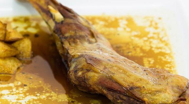 Paletilla de cordero lechal al horno de leña, especialidad lechazo